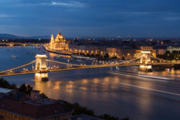 Kettenbrücke und Parlament